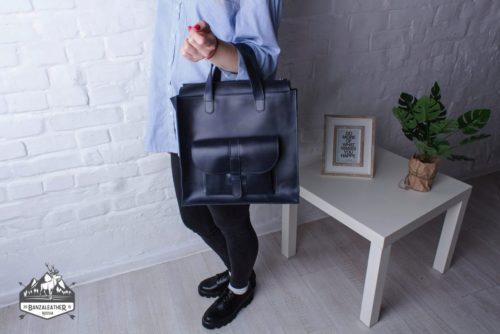 Стильная, кожаная сумка синего цвета.