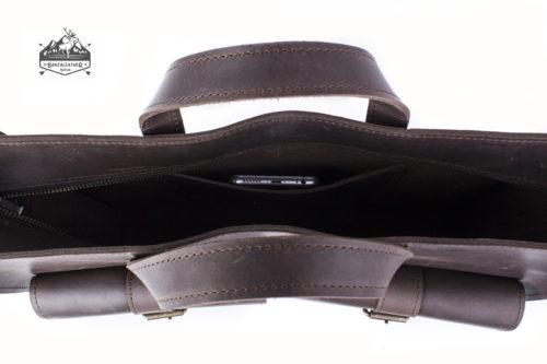 Стильная, кожаная сумка коричневого цвета.