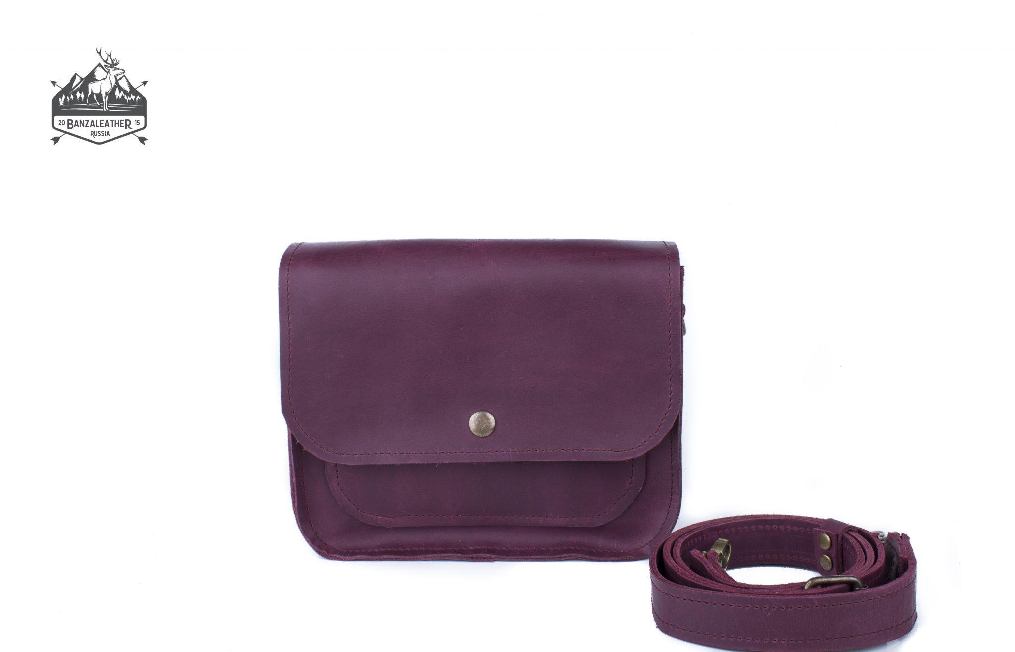 Небольшая, стильная, кожаная сумка фиолетового цвета.