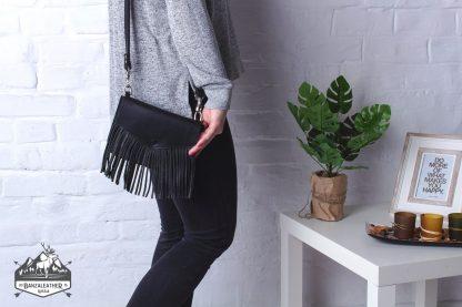 Стильная, кожаная сумка черного цвета.